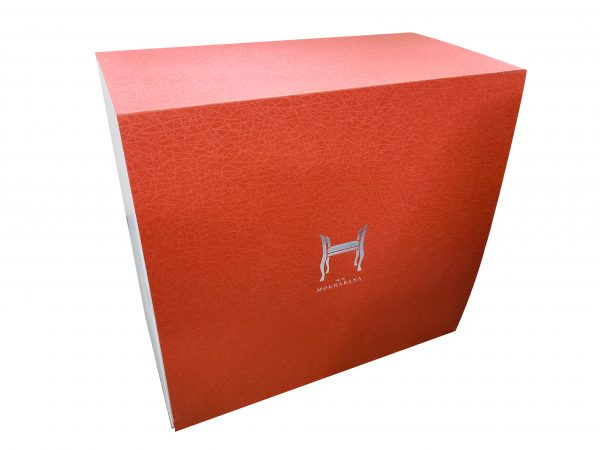 カラーダンボールを使用したスツールのギフトパッケージ